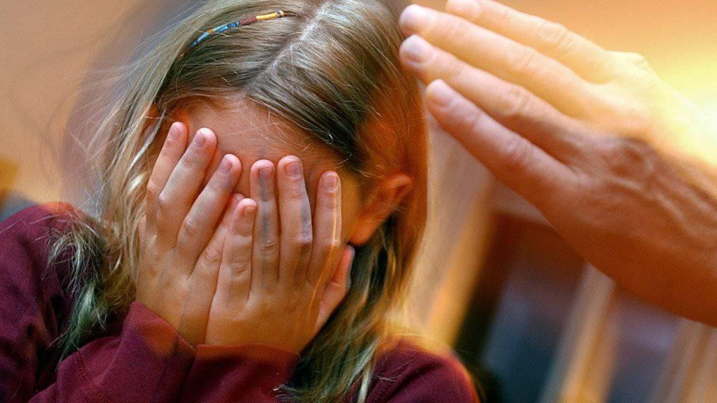 Ein Kind wird zu Hause geohrfeigt. Gemäss Schätzungen einer Studie sind in der Schweiz bis zu 130'000 Kinder in der Erziehung regelmässig Opfer von Gewalt. (Symbolbild)