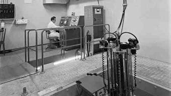 Ein Mann bedient den Atomreaktor der Universität Basel. (Archiv)