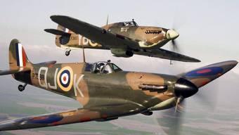 Zwei britische Spitfire-Jagdflugzeuge (Archiv)