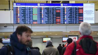 Wie schon am Donnerstag fallen auch am (heutigen) Freitag viele Flüge am Genfer Flughafen aus. Der viele Schnee legte den Betrieb lahm. (Archiv)