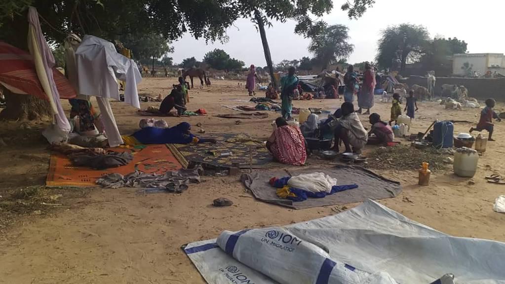 Vertriebene sitzen auf Decken inmitten provisorischer Zelte. In der Krisenregion Darfur im Westen des Sudans kommt es zunehmend zu tödlichen Angriffen. Foto: Mustafa Younes/AP/dpa