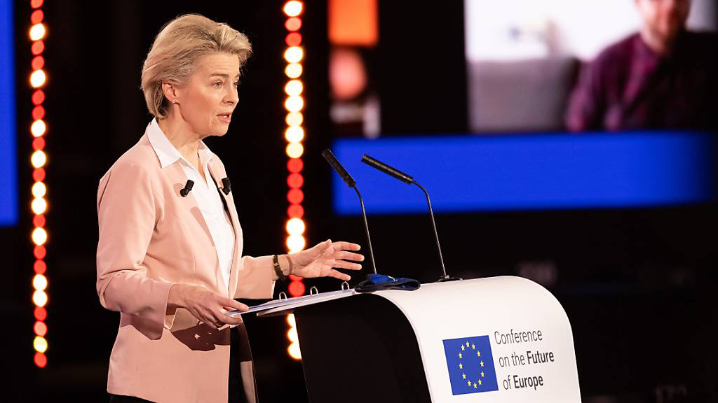 ARCHIV - Ursula von der Leyen, Präsidentin der Europäischen Kommission, spricht während der Eröffnung der Konferenz zur Zukunft Europas (09.05.21) im Gebäude des Europäischen Parlaments. Die bis Frühjahr 2022 angelegte Konferenz setzt auch auf Bürgerdialoge, unter anderem über eine Online-Plattform. Foto: Philipp von Ditfurth/dpa