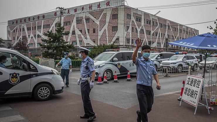 Wegen Corona-Infektionen auf dem Xinfadi-Markt sind in Peking mehrere Wohnviertel abgeriegelt worden.