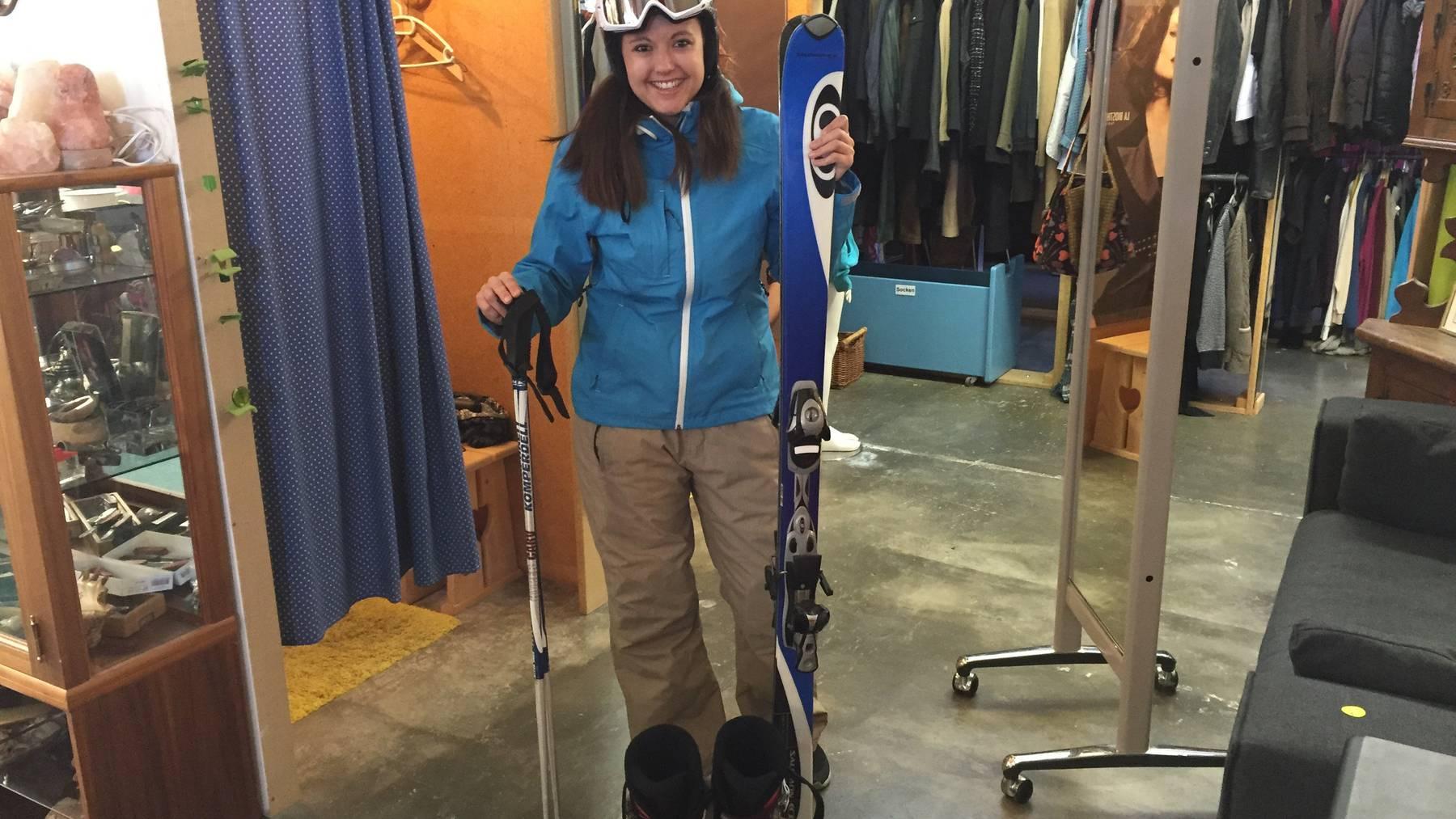 Die FM1-Reporterin Linda Aeschlimann in einer Skiausrüstung vom Brockenhaus.