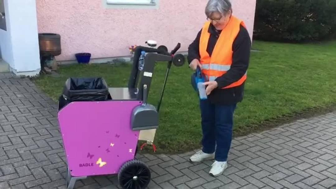 """Vorstellung des neuen Putzwagens: Beatrice und Charles Rätz aus Urdorf haben nun einen """"Rollsroyce"""" als Unterstützung für ihre Putz-Tour."""