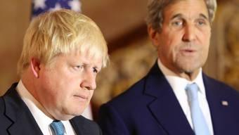 Über Resultate zu den Verhandlungen vom Wochenende für eine Waffenpause in Syrien wurde nichts bekannt. Johnson (l.) und Kerry sprachen sich dafür aus, auf diplomatische Mittel zu setzen.