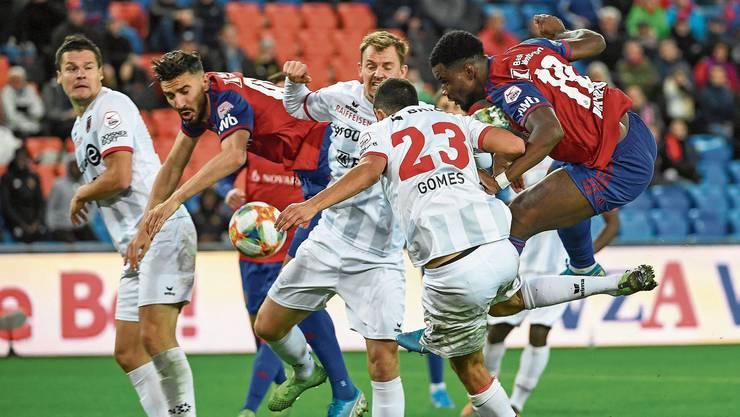 Gegen die massive Xamax-Verteidigung ist für die FCB-Stürmer ‑ hier Kemal Ademi und Afimico Pululu ‑ kein Durchkommen. Bild: Daniela Frutiger/Freshfocus