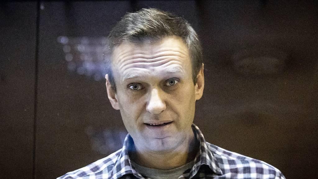 Alexej Nawalny, Oppositionsführer aus Russland, steht hinter einer Scheibe im Moskauer Bezirksgericht.
