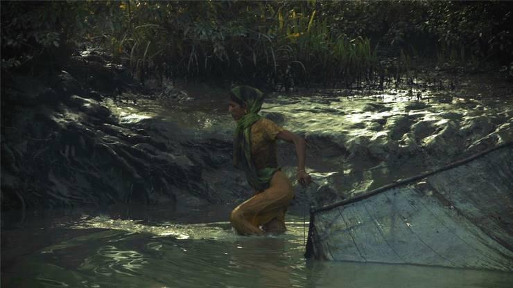 Während eine Frau ihr Netz nach Nahrung auswirft, ziehen Fischer Abfall aus dem Fluss. In wenigen Einstellungen erfassen Mark Olexa und Francesca Scalisi das Ausmass einer Umweltkatastrophe, um die niemand ein Aufheben macht. Im Wettbewerb «Prix de Soleure» zeigt das Regie-Duo übrigens den ebenso brisanten Dokumentarfilm «Digitalkarma».