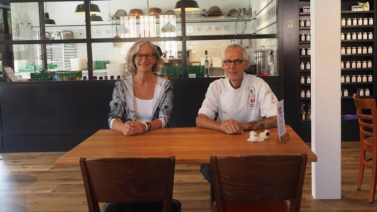 Sind zufrieden mit dem Start von Dorfträff und Konfi Manufaktur: Regula Kläusler und Markus Kunz.