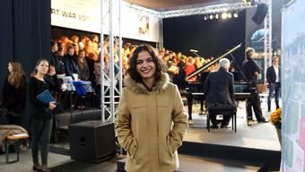 Leyla Siegen, die im Chor der Kanti Baden mitsingt, vor der grossen Bühne, die speziell für das Platzkonzert im Hauptbahnhof aufgebaut wurde.