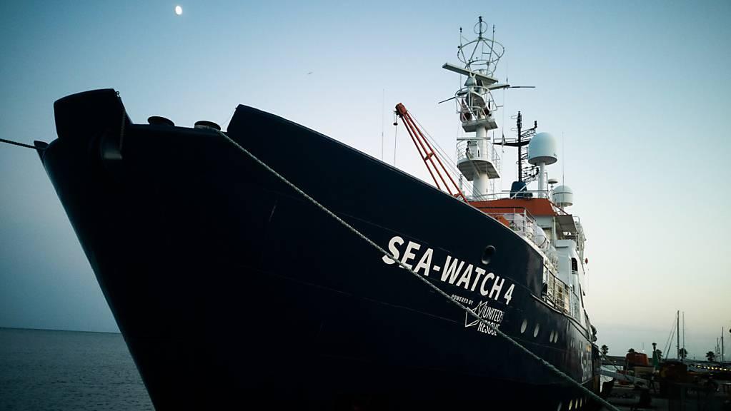 Das neue Seenotrettungsschiff «Sea-Watch 4» liegt im Hafen von Burriana. Das Rettungsschiff hat Spanien verlassen, um erstmals im Mittelmeer vor Libyen schiffbrüchige Migranten aufzunehmen. Foto: Chris Grodotzki/MSF/dpa