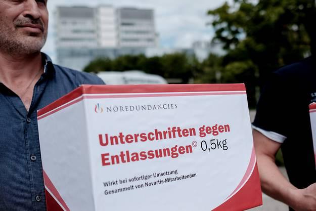 Die 1165 Unterschriften wurden der Geschäftsleitung der Novartis Schweiz übergeben.