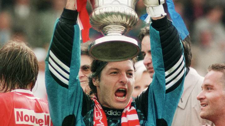Stephane Lehmann, Trohüter des FC Sion, feiert den Cup-Sieg gegen GC.