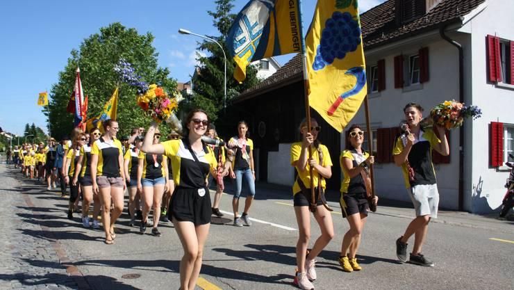 Wurde gebührend gefeiert: Der Turnverein Weiningen marschierte mit den anderen Dorfvereinen durch die Strassen.