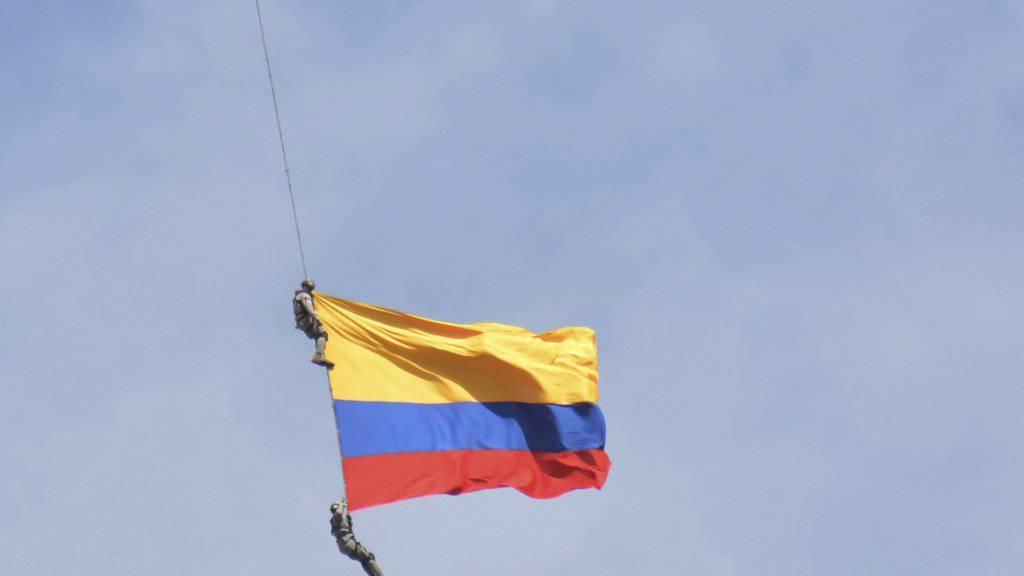 In Kolumbien sind am Sonntag bei einer Flugshow zwei Soldaten in den Tod gestürzt, als ein Seil mit einer Flagge riss.