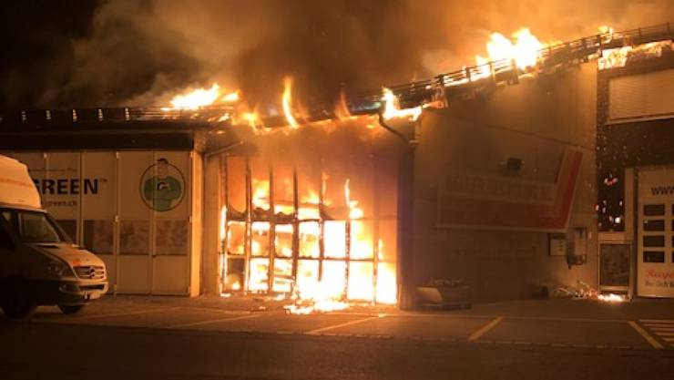 Beim Brand entstand eine grosse Hitze. Mehrere umliegende Gebäude wurden evakuiert.