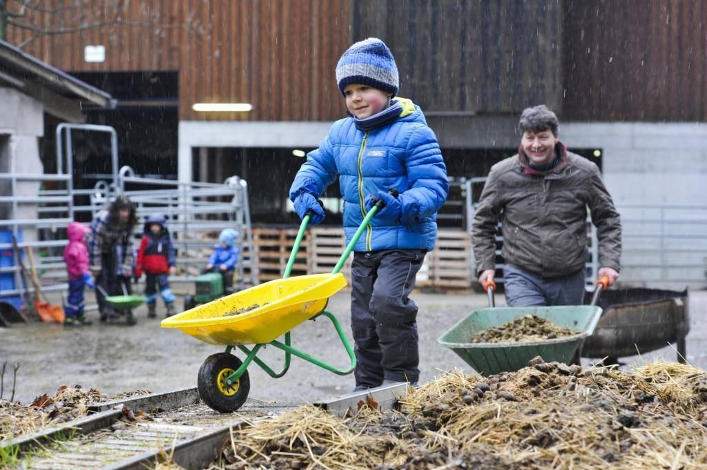 Kinder auf Bauernhof (© Archiv Tagblatt)