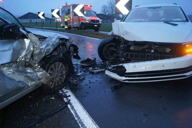 Ein Fahrzeuglenker gerät auf die Gegenfahrbahn und prallt in ein Auto. Verletzt wurde niemand, der Sachschaden ist beträchtlich.