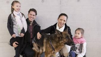 Die Besitzerfamilie freut sich, ihren Hund Rapunzel endlich wieder mit nach Hause mitnehmen zu können.