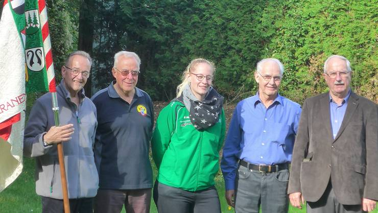 v. links Fähnrich Ruedi Schärer, Ehrenveteran Urs Eyer, Aktuarin Fabienne Wernli, Ehrenveteranen Friedolin Portmann, Heinz Bachofner