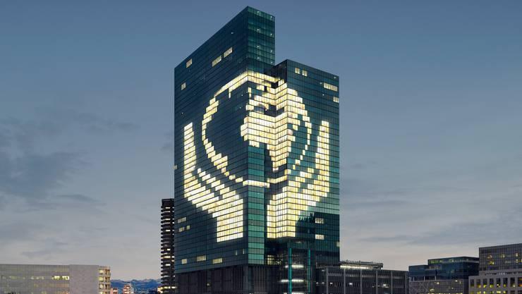 So sieht eine professionelle Kampagne aus: Das Logo der Initiative leuchtet an einem Hochhaus.