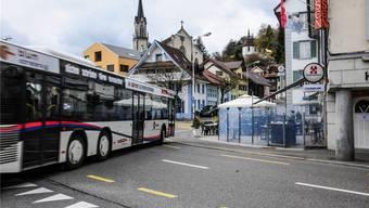 Im Linienbus Wohlen–Meisterschwanden und in der «Ochsen»-Bar in Villmergen (rechts) wurden am Wochenende Frauen belästigt. to