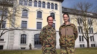 André Güss (rechts) und Adrian Gerwer vor der Kaserne.