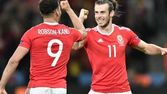 Hal Robson-Kanu (links) und Gareth Bale feiern
