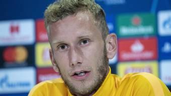 Der Captain der Young Boys, Fabian Lustenberger, zeigt sich an der Medienkonferenz vor dem Hinspiel gegen Roter Stern Belgrad zuversichtlich. (KEYSTONE/Peter Schneider)