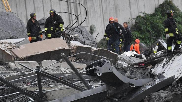 Retter in den Trümmern: Nach dem Einsturz der Autobahnbrücke in Genua suchen Feuerwehrleute nach Überlebenden.