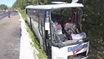 Bus im Graben - neuer Strassenbelag in der Kritik