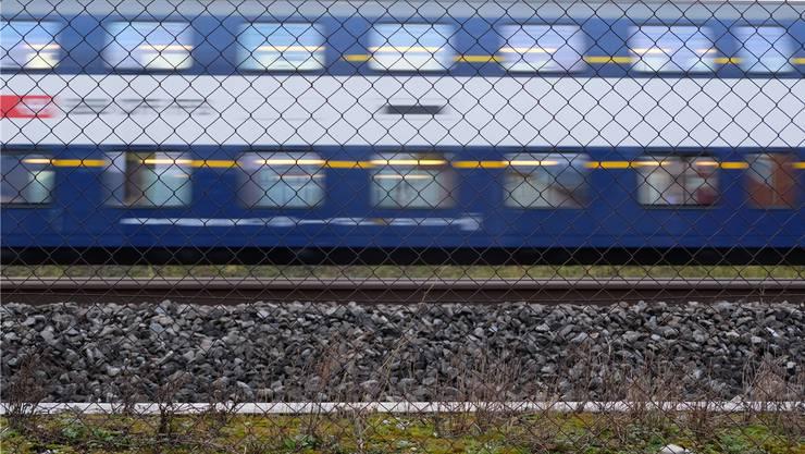 Dieses Bild bleibt noch Jahre: Eine S-Bahn zischt am wichtigen Dietiker Wirtschaftsgebiet Silbern vorbei.