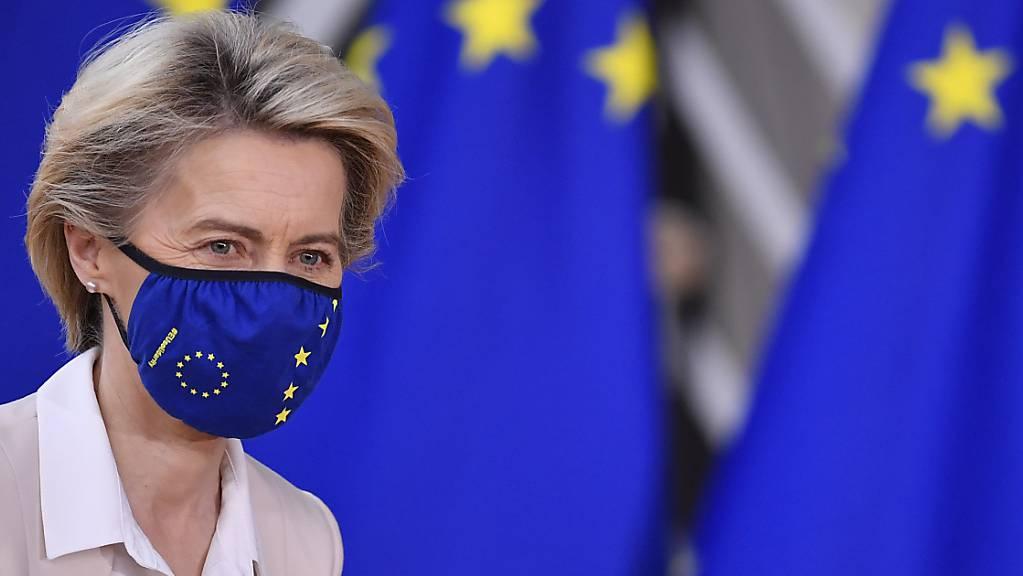 Ursula von der Leyen (CDU), Präsidentin der Europäischen Kommission, kommt für einen EU-Gipfel der Staats- und Regierungschefs in das Gebäude des Europäischen Rates. Foto: John Thys/Pool AFP/AP/dpa