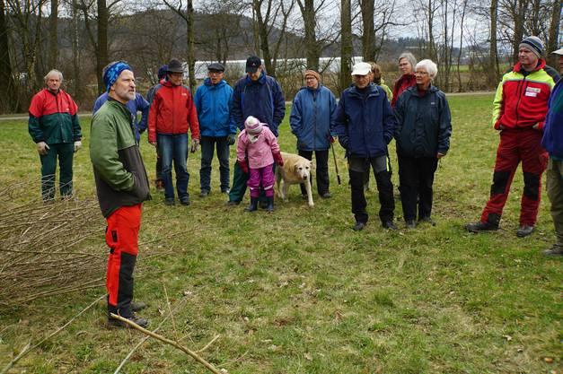 Hans-Ruedi Kunz begrüsst die Freiwilligen