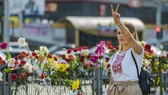 Eine Frau zeigt an dem Ort, an dem ein Demonstrant bei Zusammenstößen mit der Polizei getötet wurde, das «Victory»-Zeichen. Foto: Celestino Arce Lavin/ZUMA Wire/dpa