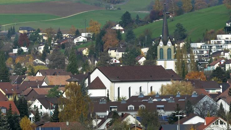 Blick auf das Süd-Dach der Kirche Niedererlinsbach – darauf soll die erste Solaranlage auf einem Kirchendach im Kanton entstehen.