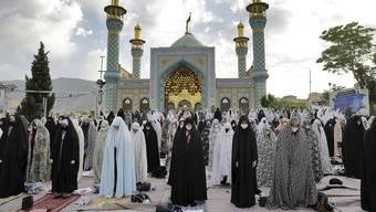 Gläubige mit Gesichtsmaske in der iranischen Hauptstadt Teheran: Der gesamte Nahe und Mittlere Osten kämpft mit der Coronakrise.