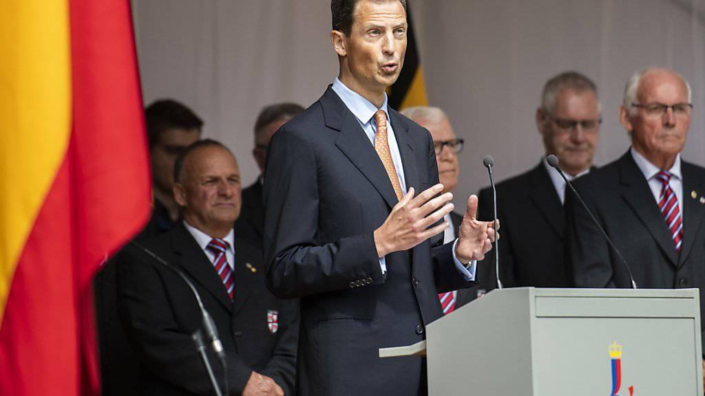 Erbprinz Alois von und zu Liechtenstein (Mitte) verteidigt in Interviews die Monarchie als Staatsform. (Archivbild)