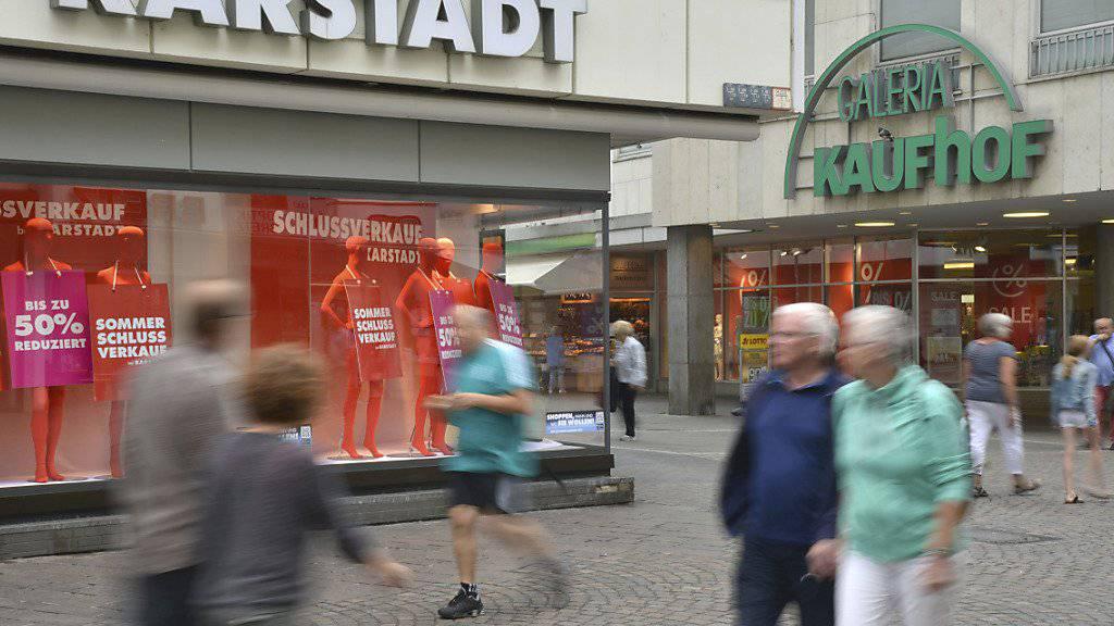 Die beiden deutschen Warenhausketten Karstadt und Kaufhof - im Bild die beiden Filialen in Trier - sollen fusioniert werden. Allerdings werden auch die Wettbewerbsbehörden dabei noch ein Wort mitzureden haben. (Archivbild)