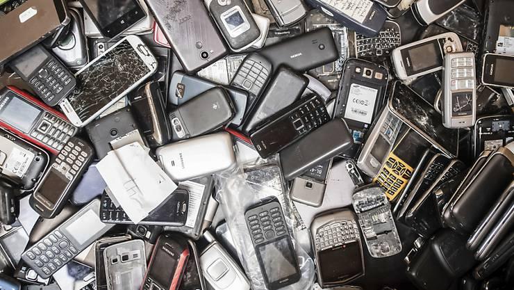 In ausgedienten Elektronikgeräten schlummert ein Schatz an seltenen Metallen. In der Schweiz werden aber beispielsweise Neodym und Indium kaum wiedergewonnen. (Archivbild)