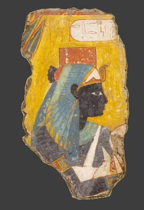 Malereifragment, das die vergöttlichte Ahmes-Nefertari zeigt. Die schwarze Hautfarbe wurde hier bewusst in Anlehnung an den fruchtbaren, schwarzen Nilschlamm gewählt und zeichnet sie als Verstorbene aber im Jenseits regeneriert und damit als vergöttlicht aus. Leihgabe aus dem Museum August Kestner, Hannover. 18. Dynastie, 14. Jh. v. Chr.