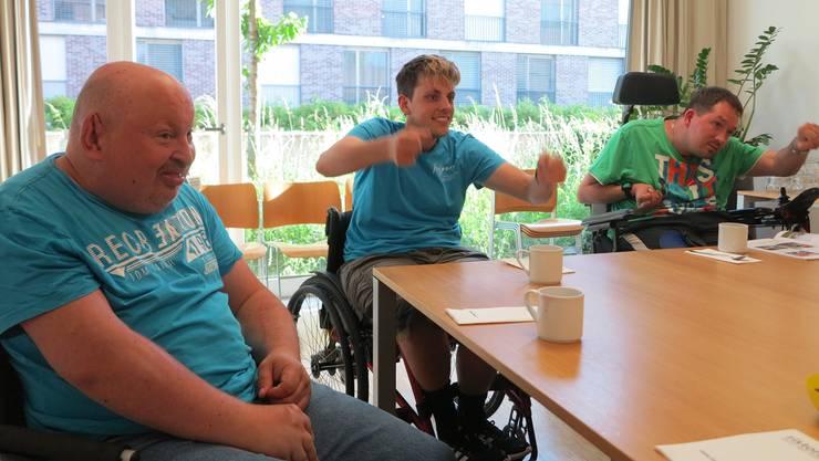 Ernst, Michael und Simon (v.l.) haben beim ersten Tandem-Treffen im Zeka-Zentrum in Dättwil viel Spass.