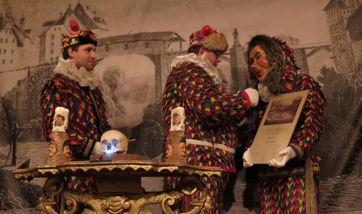Der neue Zunftbruder Stefan Fischer (r.) durfte nach dem Treueschwur Maske und Urkunde in Empfang nehmen.