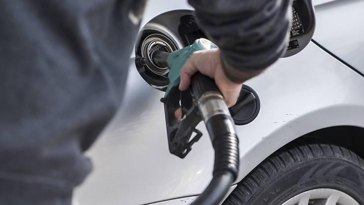 Weil heutige Motoren weniger Benzin und Diesel schlucken als ältere Modelle, geht der Treibstoffabsatz der Markentankstellen in der Schweiz zurück.