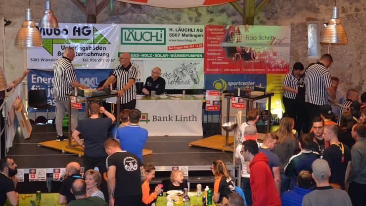 Impressionen von der 33. Schweizermeisterschaft im Armwrestling in der Trotte Villigen.An zwei Stehtischen finden die Kämpfe statt.
