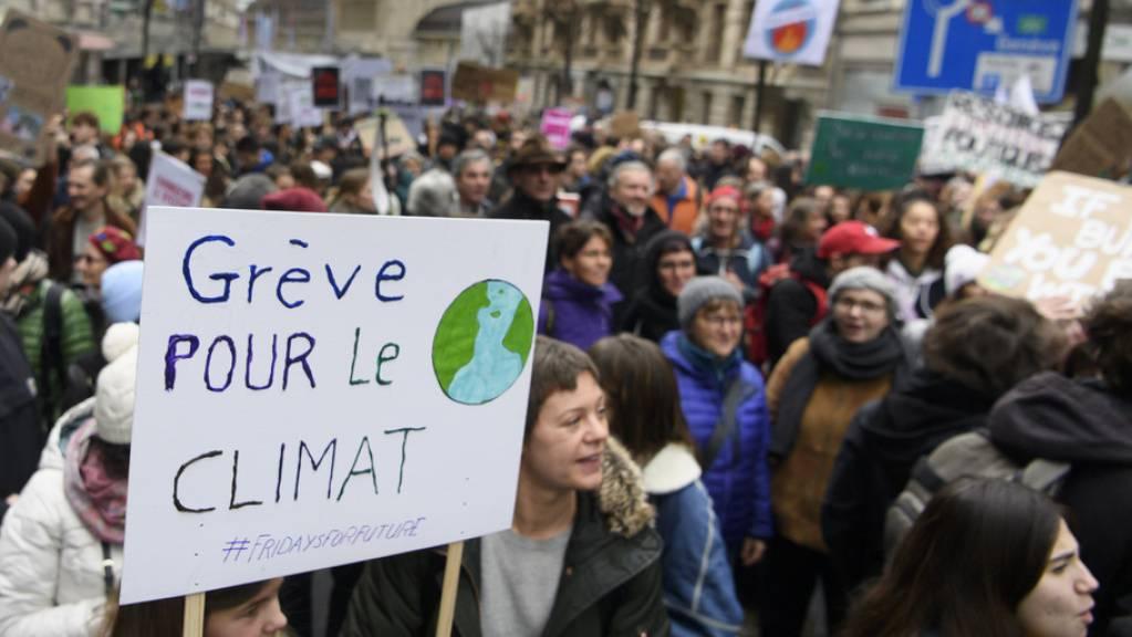 Tausende Menschen marschierten vom Bahnhof in Lausanne zur Place de la Riponne, um gegen die Klimaerwärmung zu demonstrieren.