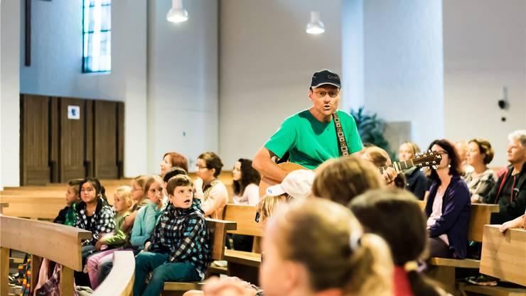 Christof Fankhauser singt mit den Kindern und Erwachsenen in der katholischen Kirche in Däniken. Daniel Müller