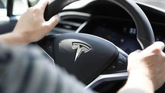 Am Steuer eines solchen Tesla S sass der Automobilist, als er in das Baustellenfahrzeug krachte. (Archivbild)