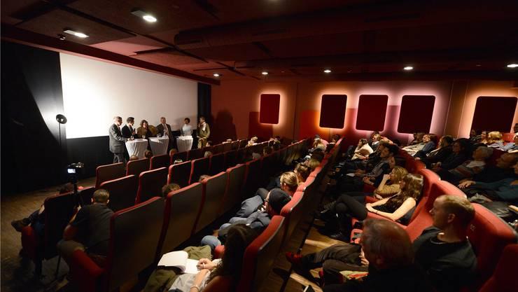 Das Publikum im vollen Saal im Kultkino lauscht der Podiumsdiskussion mit Guy Morin, Tino Krattiger, Matthias Nabholz, Thom Nagy und Gregory Brunold.